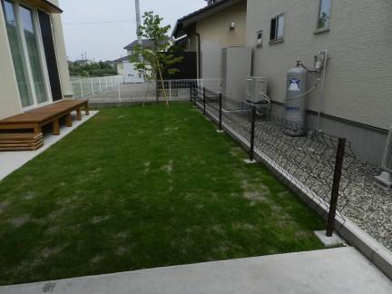 ウッドデッキと芝生