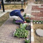 花を選別中のイケメン社長