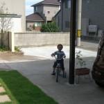 男の子と芝生
