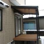 折板テラスと木樹脂デッキ