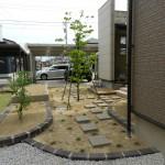 大きな花壇とリッピアが広がる庭
