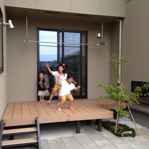プライベート空間でお子さんも遊べるウッドデッキ